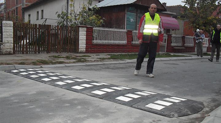 postavljanje prinudnog usporivača brzine na putu